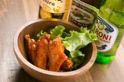カラッと揚げた鶏の手羽先をエスニック風味の自家製ダレに絡めた一品。照りのあるチキンにガブッとかみついて、ちょっとワイルドに食べるとおいしさが倍増します。ピリ辛味で、どんどんビールがすすみそう。