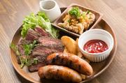 ステーキ、ソーセージ、ユーリンチーを一度に楽しめる、豪華な盛り合わせ。その日のおすすめの肉料理が供されるので、訪れるたびに新しい味に巡り合えるかも。一番人気のメニューというのもうなずけます。