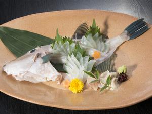 三重で水揚げされる、新鮮な旬の魚介の『旬の造り盛り合わせ』