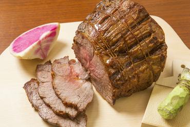 低温ローストすることで肉の旨味を閉じ込めた『宮城県産漢方和牛の長時間ロースト本わさび添え』