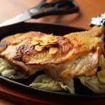 適度な赤身を帯び、程よい歯ごたえと甘み・コクが特徴で、力強い旨みを主張するのが特徴。特に鍋物・たたき・唐揚げ・焼き鳥など肉の美味しさを生かした料理に最適です。