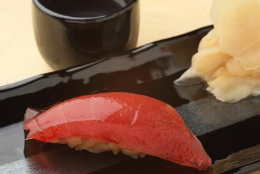 生マグロならではのしっかりとした食感を楽しめる『名物! 生マグロ 90円』