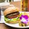 ジューシーな特製パテがたまらない美味しさ! 食べ応え満点の『HoiHoiバーガー』