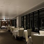 ホテル最上階からのきらめく夜景。美しい那覇の景色を堪能
