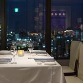 ホテルの最上階18階からの美しい夜景はふたりの大切な時間を演出