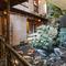 名古屋市登録地域建造物資産の建物で、優雅に泳ぐ鯉を眺める庭
