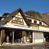 平湯温泉スキー場の中にある、古民家を移築した重厚な建物