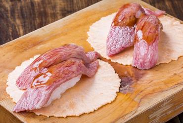 甘辛いタレが肉の旨みを引き立てる、元祖『飛騨牛にぎり寿司』