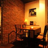 落ち着いた照明が照らし出すテーブル席はデートにおすすめ