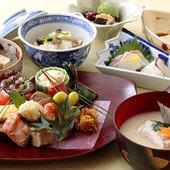 伝統を受け継ぐ京料理をランチでも。 1階テーブルでのお食事でお楽しみいただけます。