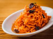 彩り豊かな前菜を味わえる『タパスとデリの盛り合わせプレート』