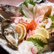 貝類は殻付き、魚は姿づくりなど、見た目の華やかさや美しさも大切に。地元で水揚げされた、旬の魚介を豪快に盛りつけています。