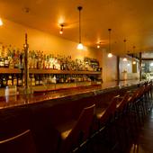 客やバーテンダーとの会話が弾むカウンターは、一人客の特等席