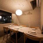 半個室離れのテーブルは団体、接待にも利用できる雰囲気の良い席