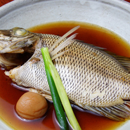 和歌山箕島漁港から毎日直送された魚介を中心に振る舞われる和食料理。食材の味覚を引き出すシンプルな料理で、旬の和歌山県の味覚を伝えます。地場産の野菜や日本酒なども充実しています。