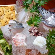 和歌山県箕島漁港から毎朝獲れたばかりの魚介をお造りに。鮮度にこだわった、その日その日の一番の旬を楽しむことができる一品です。