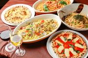 オープンキッチンの主役、石窯で焼く本格的なピッツァや数種類が揃うパスタも食べ放題。地元産野菜や旬の食材をたっぷりと使用しており、心ゆくまで堪能できます。