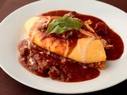 卵だけで作ったふわふわのオムレツはトロトロの半熟。ナイフを入れるとトロリと溶け出します。甘めに仕上げたソースとライスと絡めて食べる幸せ。目で楽しみ、舌で味わえる人気の一皿です。