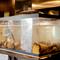 フロアに設置した大型の「いけす」には獲れたて新鮮な魚介が