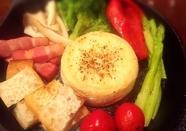 お酒にも合う『焼き野菜と丸ごとカマンベールチーズフォンデュ』