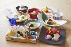 秋刀魚山椒煮、松茸土瓶蒸しなど旬の味覚を本格会席料理でお楽しみください。 (10/31まで)
