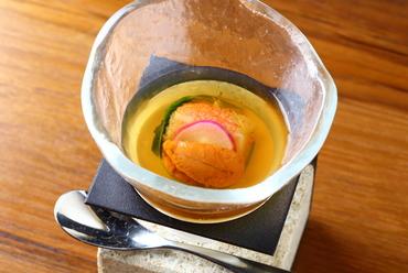 前菜で供される定番の品『蕪のブランマンジェ ズワイガニとウニのジュレ』