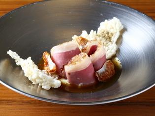 猪が育った場所がひと皿に表現された『八女猪の藁焼きロースト』