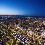 岐阜唯一の(施設型)日本夜景遺産と言えば、「岐阜シティ・タワー43」最上階43階に位置。周囲に遮蔽する建物は一切無く、まるで星空を眺めているかのような気分です。岐阜の食材を中心としたコンチネンタル・キュイジーヌと共に、記念日のお祝いやプロポーズにもご利用いただけます!!