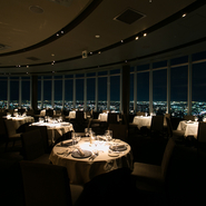 地上160メートルにあるレストランで、きらびやかな夜景など絶好のロケーションで食事ができます。店内はラグジュアリーな雰囲気で、大切な人との記念日や誕生日など特別なシーンに理想的です。