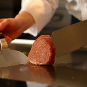 目の前でお肉を焼き上げるパフォーマンスが、素敵なムードを演出