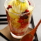 食感のハーモニーを楽しむ『ミックスベリーと白桃のトライフルパフェ』