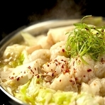 【表邸】の看板メニュー。全国誌にも多数紹介された、美食家が集う街・福岡ならではの逸品『元祖塩もつ鍋』