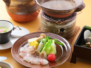 日本ならではの四季を表現した『季節の小鍋、桜鯛』