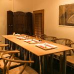 店内奥のスペースはテーブル席になっており、合わせて32名まで対応することができるので接待や飲み会、記念日のお祝いにお勧め。遠方から来たゲストに大阪文化でもある串揚げの美味しさを紹介する場として最適です。