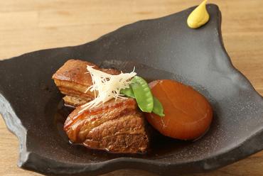ジュワっと染み出す豚骨と鰹の合わせ出汁。お箸がスッと通る柔らかさの『ラフテーとデークニー』