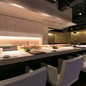 寿司店を思わせる和の雰囲気とビストロ風の洋が融合した店内