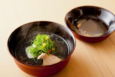 お椀の中で4つのぜいたく食材が織りなす、旨味と風味のカルテット『天然クエと原木椎茸のお椀もの』