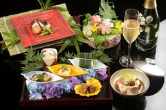 季節感溢れるお料理の数々をご堪能いただける懐石コースです。