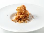 カリカリに仕上げたごぼうを、野菜の出汁でとったポタージュにひたすとしっとりした食感に。ごぼうの香りと異なる食感が絶妙です。