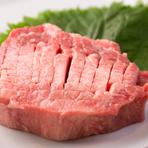 創業20年以上になる食肉卸の名店が厳選する、上質な肉を存分に味わえます。ブランドにこだわるのではなく、その日入荷した和牛の中から上質な物を選択。写真の『厚切り牛タンステーキ』はその厚みに驚くはず。