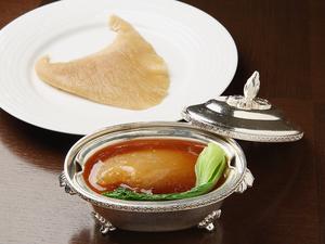 厳選された国産の「吉切鮫」のみを使用した『ふかひれの姿煮込み』