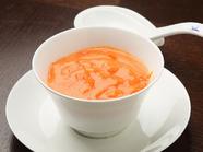 美しい淡いピンク色とフワッとしたとろみが絶品『蟹の玉子入りふかひれスープ』