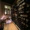 充実した品ぞろえで、看板がわりにもなっているワインセラー
