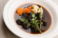 口の中でとろけるような食感が楽しめる『宮城県栗駒・漢方和牛のやわらか赤ワイン煮込み』