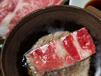 あつあつの陶板で厳選された自慢のお肉をと焼いていただきます
