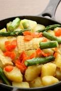 じゃが芋、白いトウモロコシ、アスパラ、鮭のバター炒め