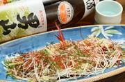 ポン酢でさっぱりといただく、北海道産の高級魚キンキの酒蒸し。しっかりと脂ののった身は日本酒との相性も抜群です。