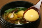 滑らかなかぼちゃ団子の触感からその名前が付けられた【花まる亭】の名物料理。カツオ、鶏、野菜から別々に出汁をとった醤油ベースのスープに、クジラ脂のコクが加わり、繊細で深みのある味わいです。
