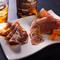 酒の肴にオススメの『生ハム・サラミ・チーズの贅沢盛り合わせ』