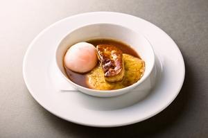 『ビュルゴ一家のエトフェ鴨、ブラックオリーブ風味のソース』